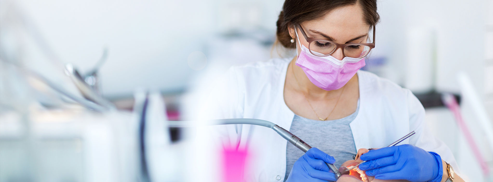 Dentist removing wisdom teeth